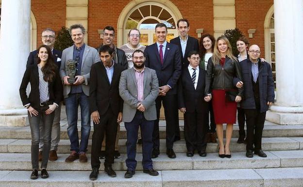 Pedro Sánchez recibe en La Moncloa al equipo de la película 'Campeones'